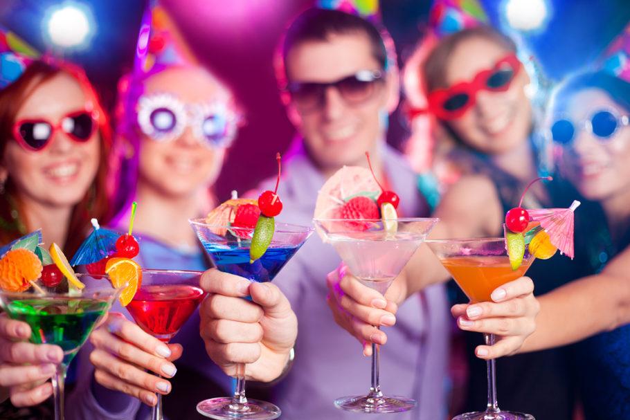 парень и 4 девушки с коктейлями