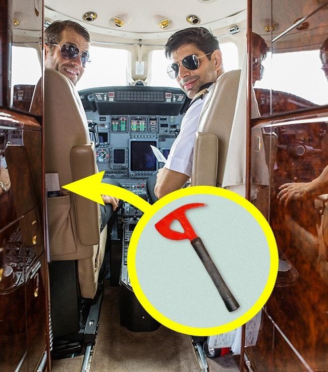 Пилоты в кабине самолета