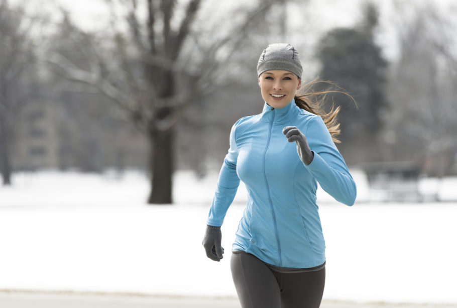 девушка на зимней пробежке