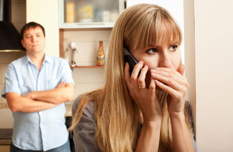 девушка говорит по телефону мужчина смотрит