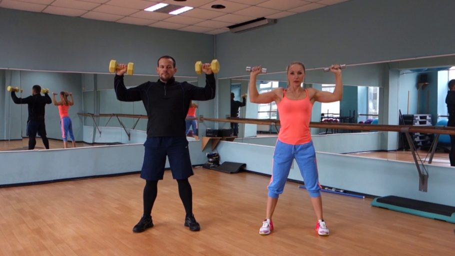 мужчина с девушкой в спортзале