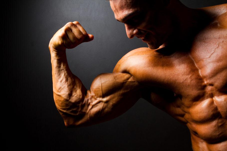 мужчина напрягает мышцы