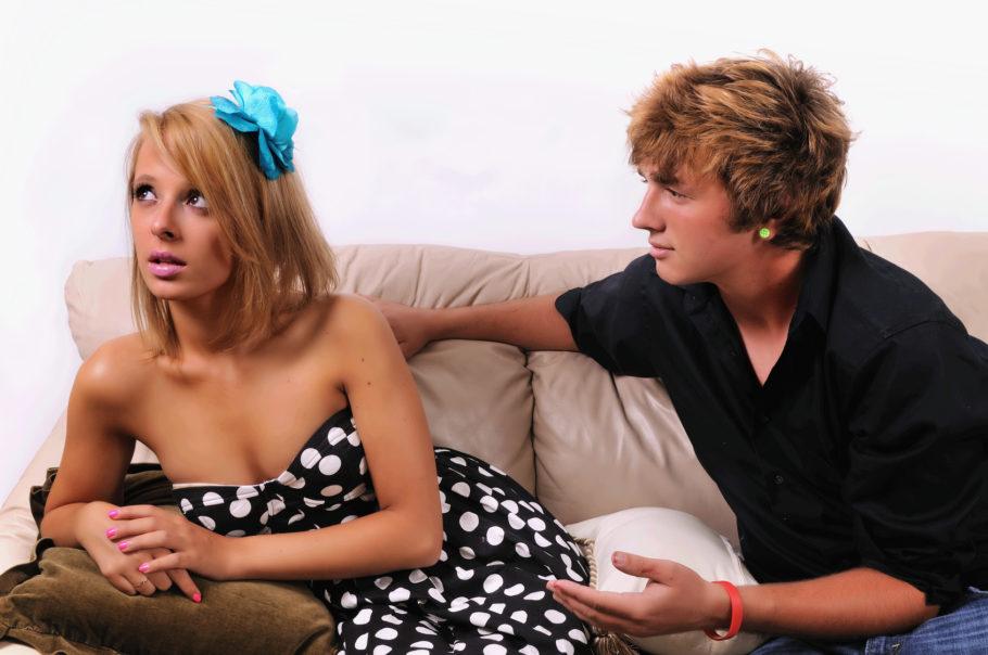 парень и девушка на диване