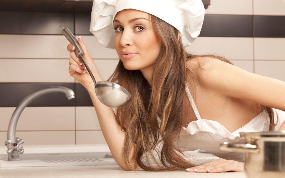девушка с поварёшкой в колпаке и фартуке
