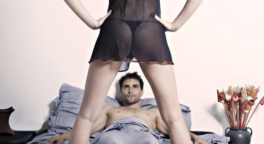 мужчина на кровати и девушка в полупрозрачной одежде