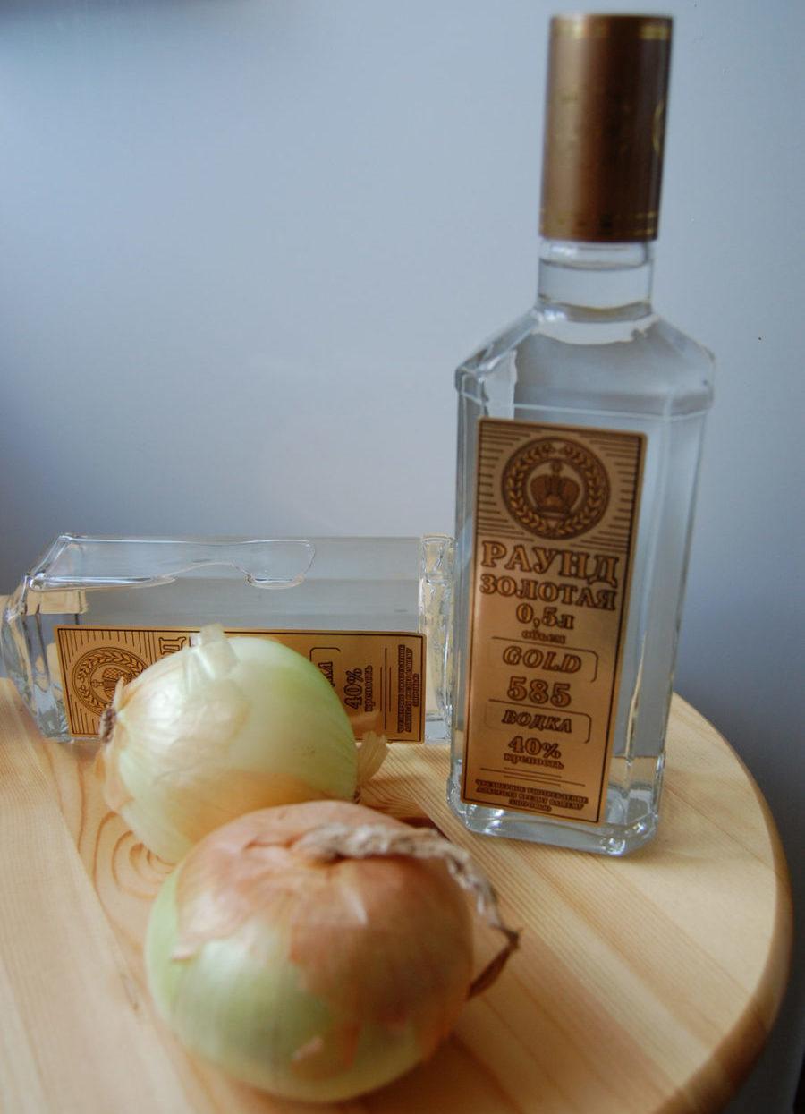 бутылка водки и лук