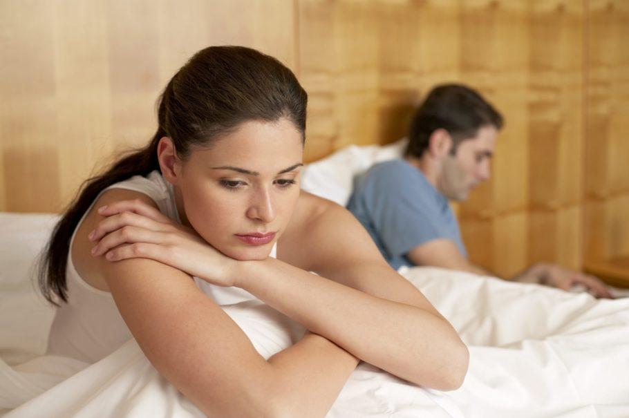 мужчина и женщина сидят в кровати