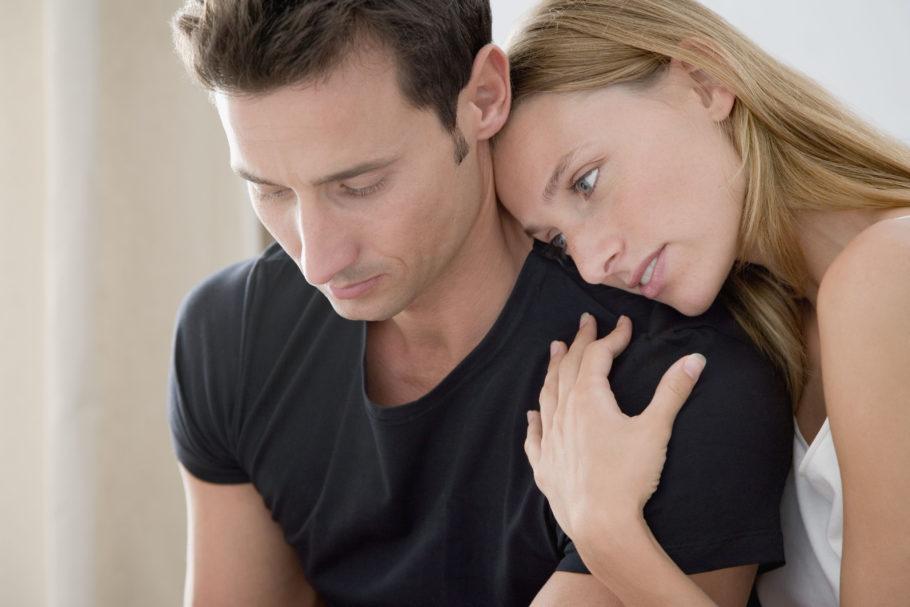 девушка держит парня за плечо