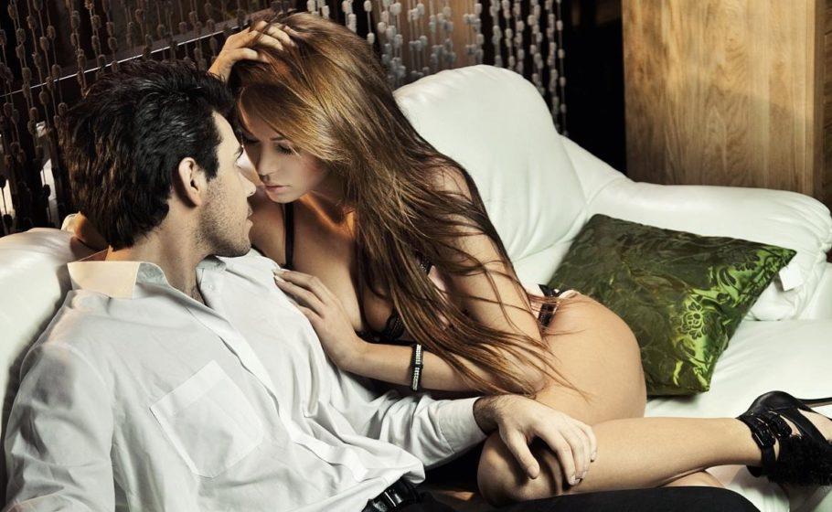 мужчина и женщина сидят на кровати