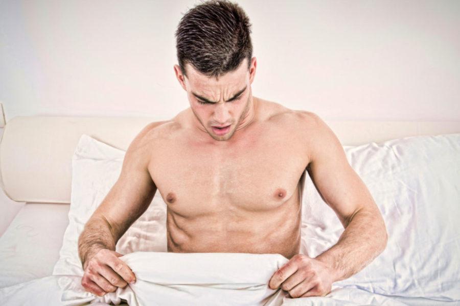 Мужчина на кровате с одеялом