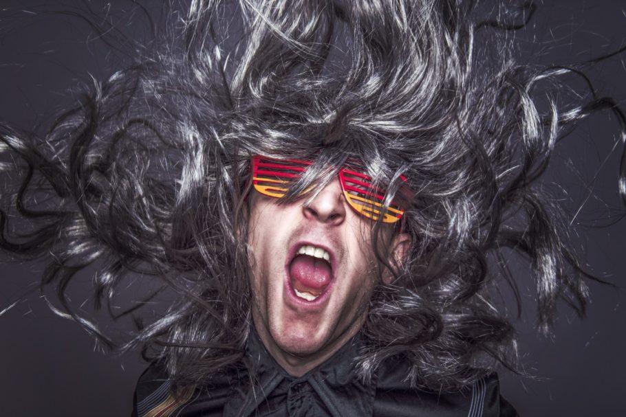 мужчина с длинными волосами и в цветных очках