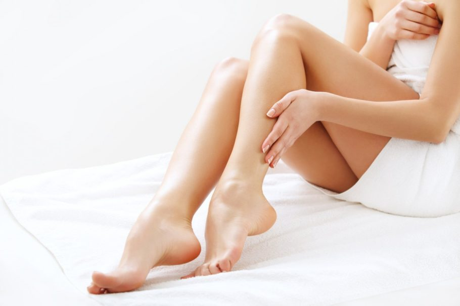девушка гладит ногу