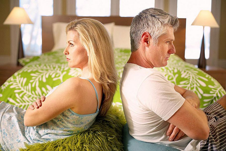 мужчина и женщина сидят спиной к спине