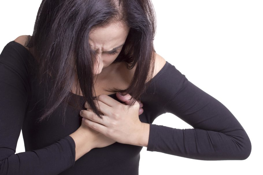 У девушки болит в груди