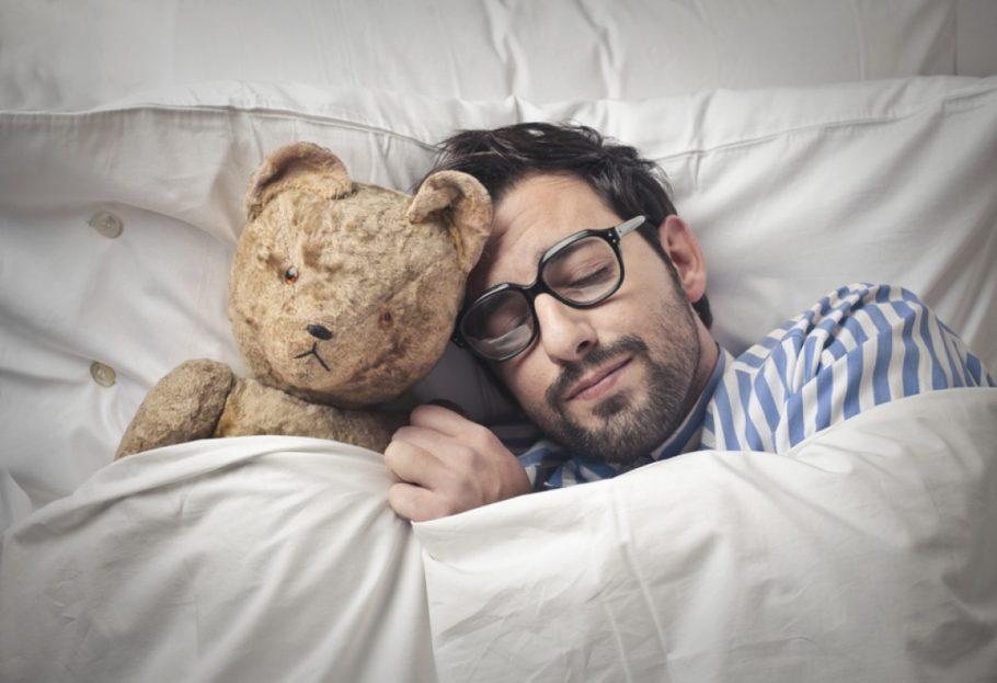 Мужчина спит с игрушкой