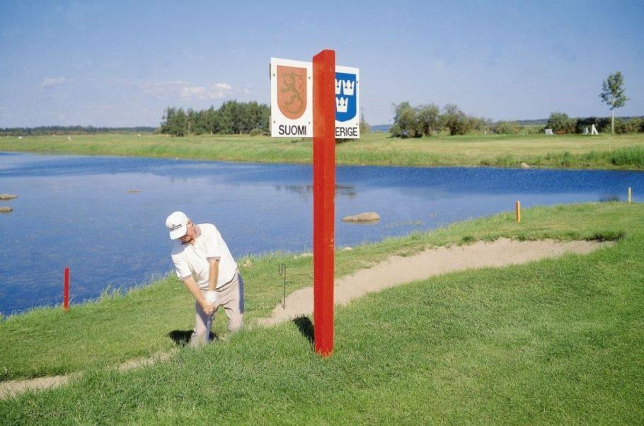 мужчина играет в гольф