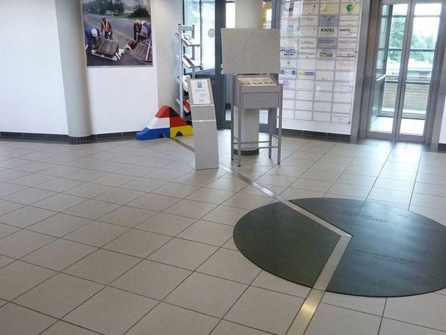 Немецко-голландская граница посреди бизнес-центра