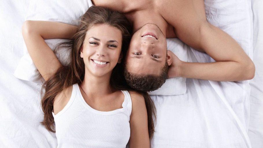 мужчина и женщина на кровати
