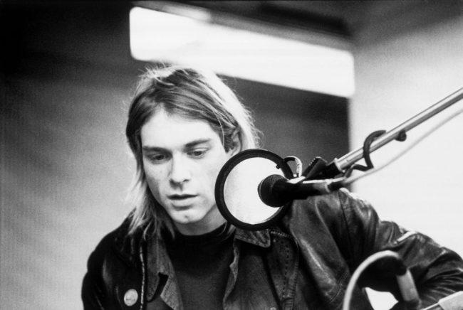 Солист группы Nirvana играет на воображаемой гитаре