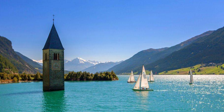 Итальянская колокольня на озере