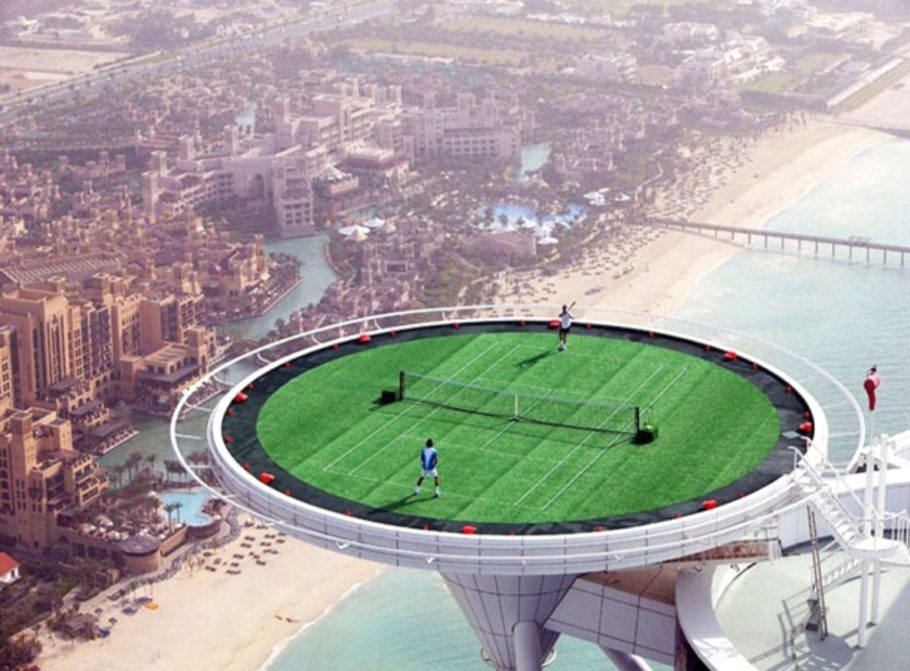 Спорт-площадка на последнем этаже самого высокого отеля в Дубае