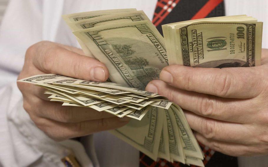 Сотни долларов в руках