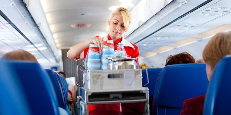 Стюардесса разносит напитки