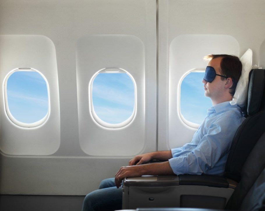 Мужчина спит в самолете