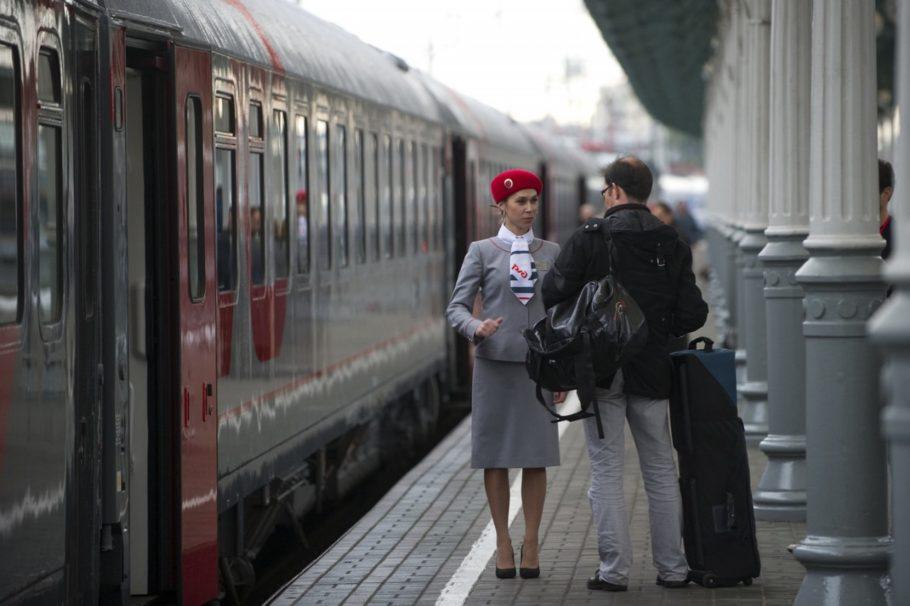 Поезд на пероне и проводница