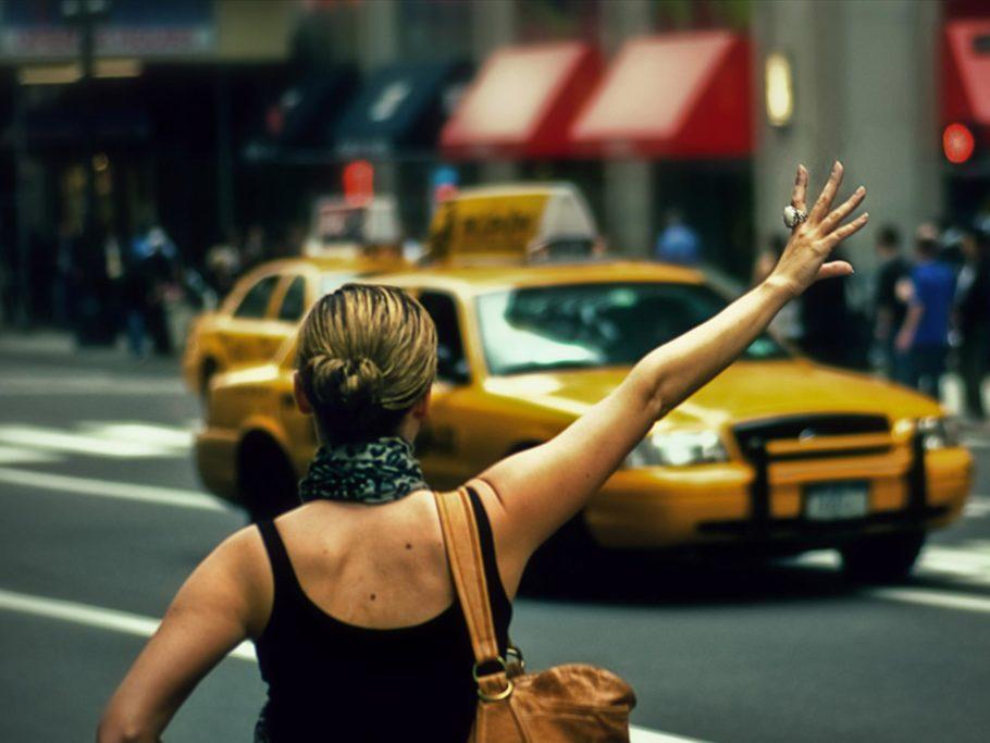 Девушка ловит такси