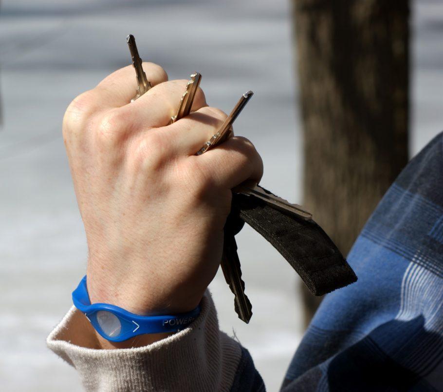 Ключи между пальцев
