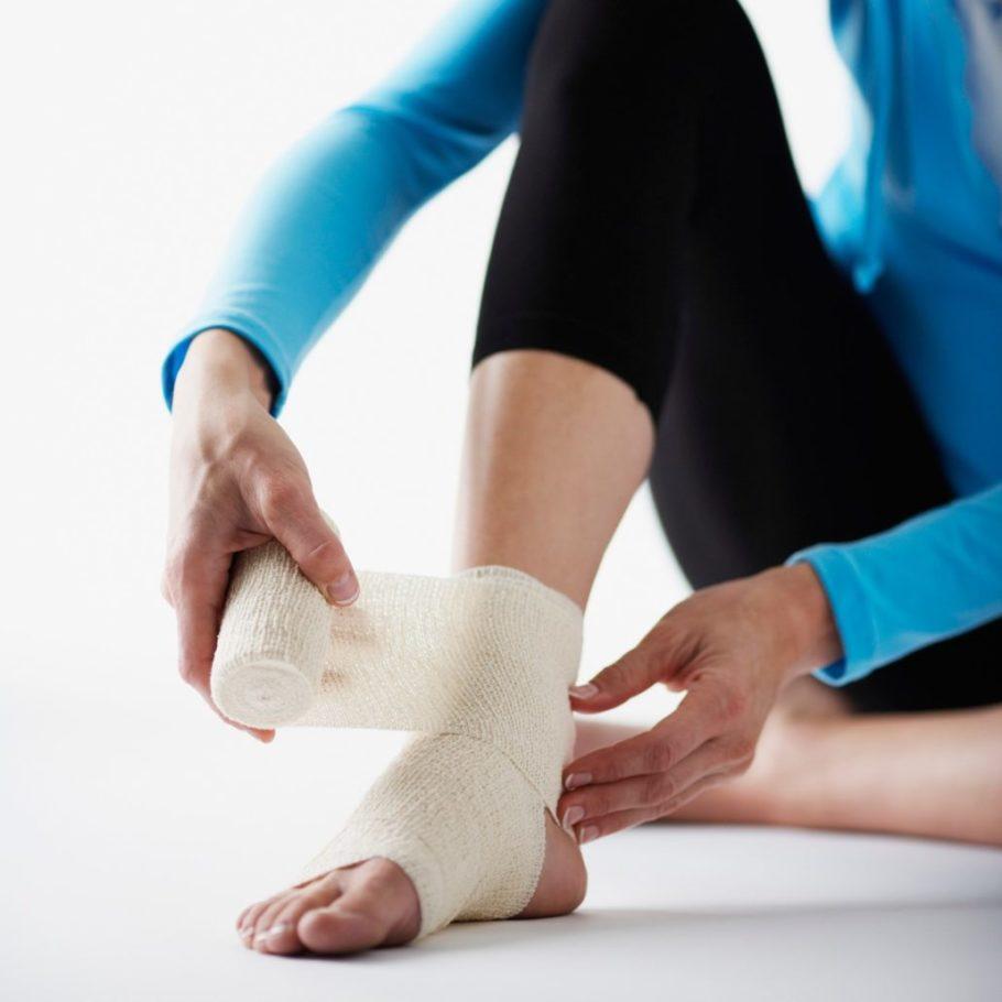девушка бинтует ногу