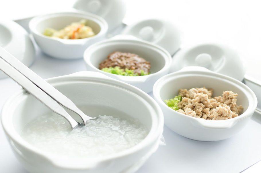 тарелки с диетическим питанием на подносе