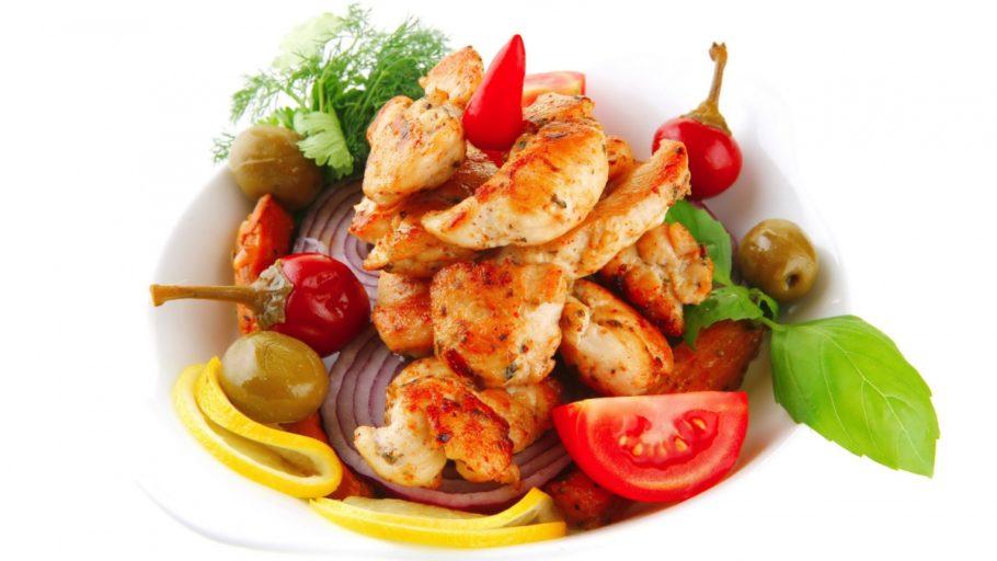 салат с овощами зеленью и мясом