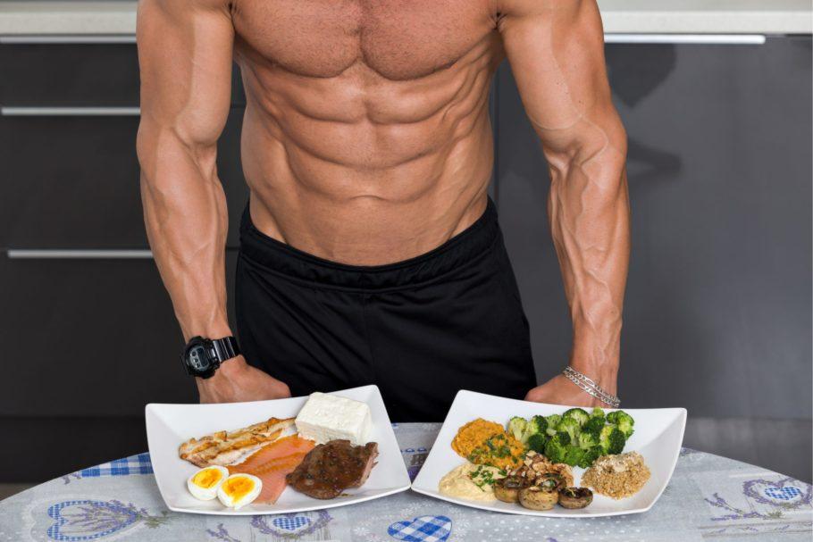 спортивный мужчина с тарелками иды