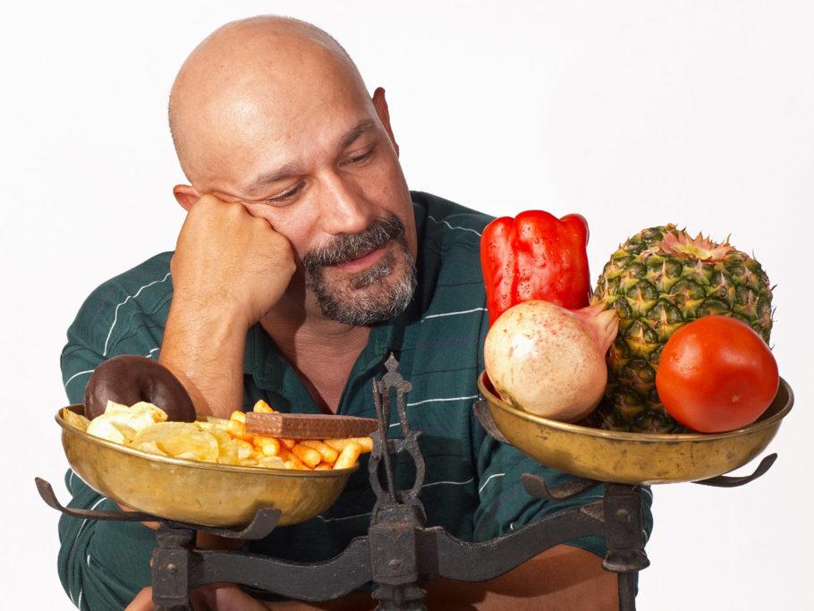 мужчина перед весами с продуктами