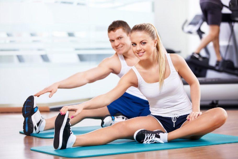 мужчина с девушкой на тренировке