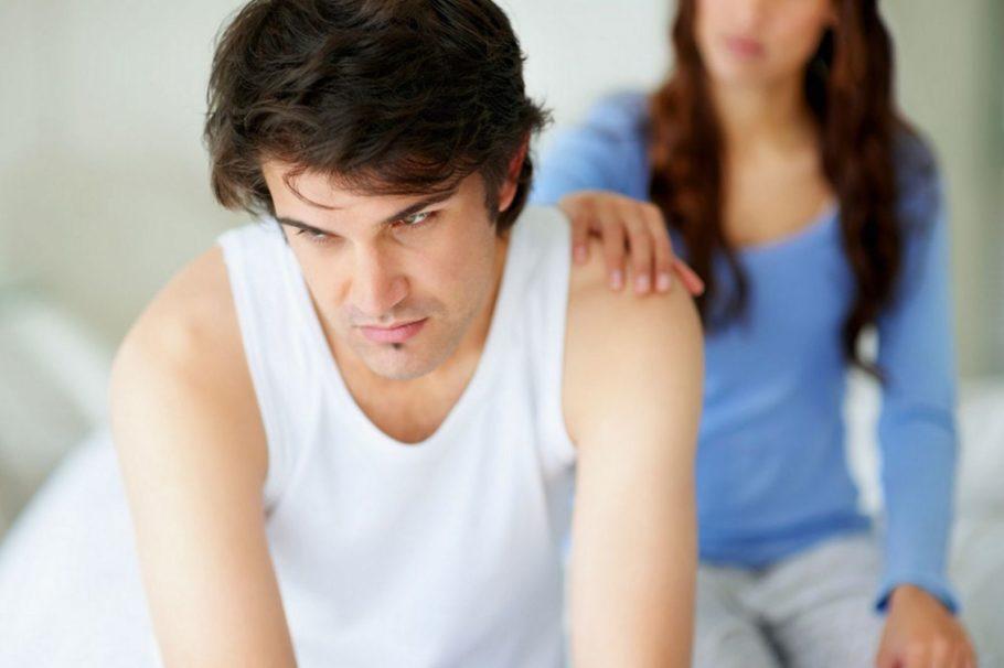 Расстроенного мужчину девушка трогает за плече