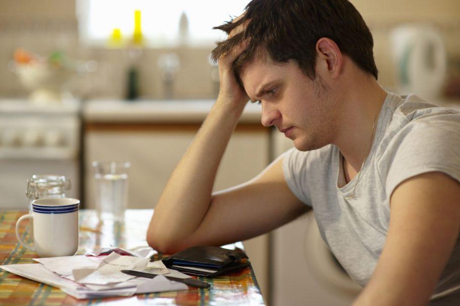 Задумчивый мужчина сидит опершись на стол