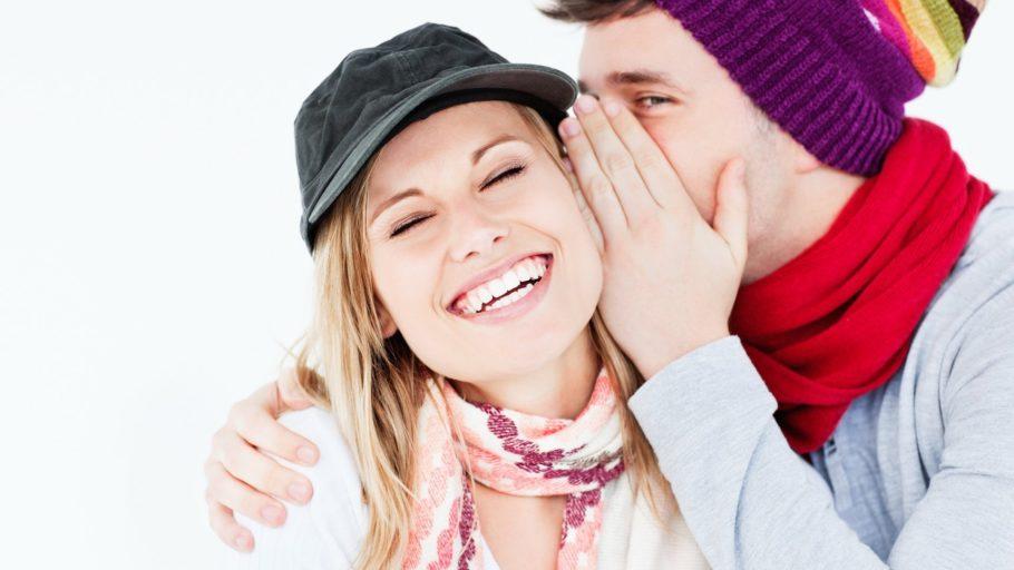 мужчина шепчет женщине на ухо