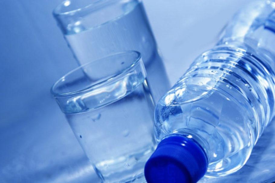 рюмки и бутылка с прозрачной жидкостью