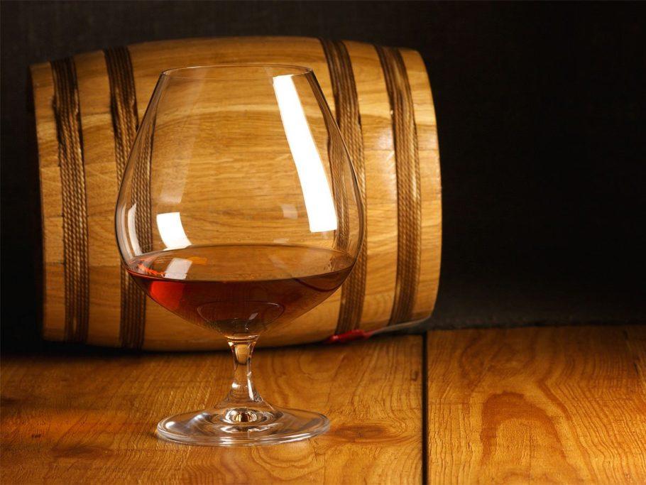 бокал с алкоголем и деревянная бочка