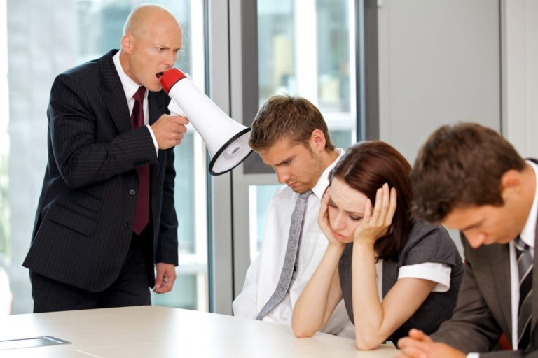 Начальник в рупор кричит на подчиненных