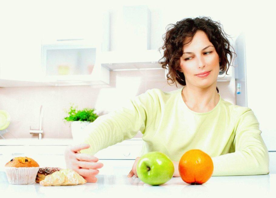 Девушка отказывается от вредной пищи ради фруктов