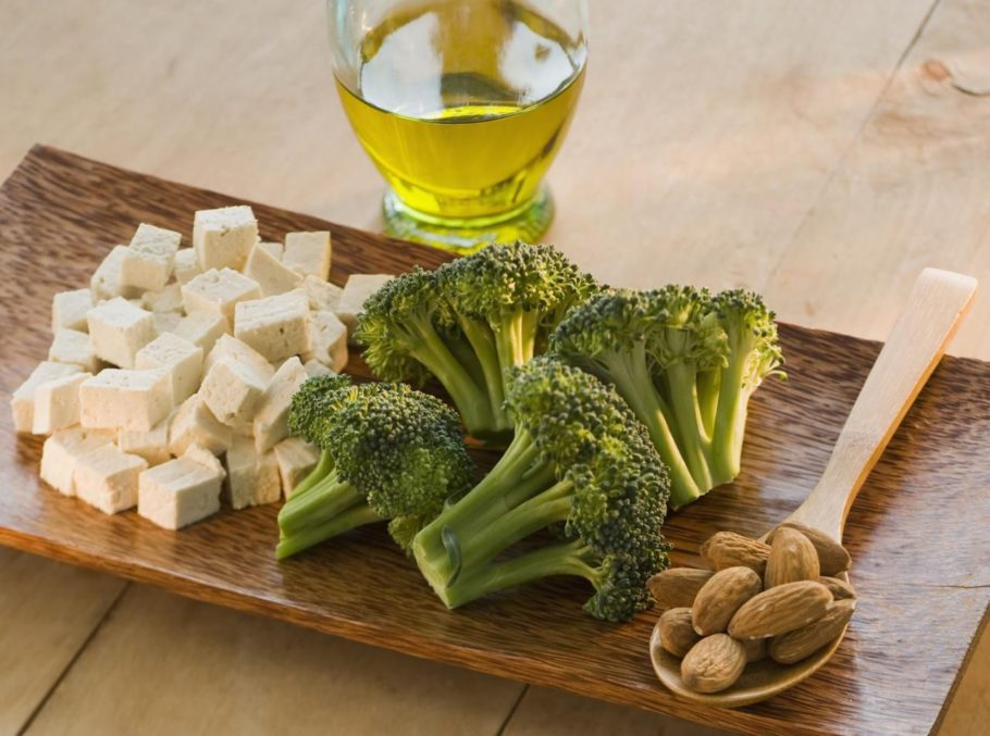 брокколи, тофу и орехи на доске
