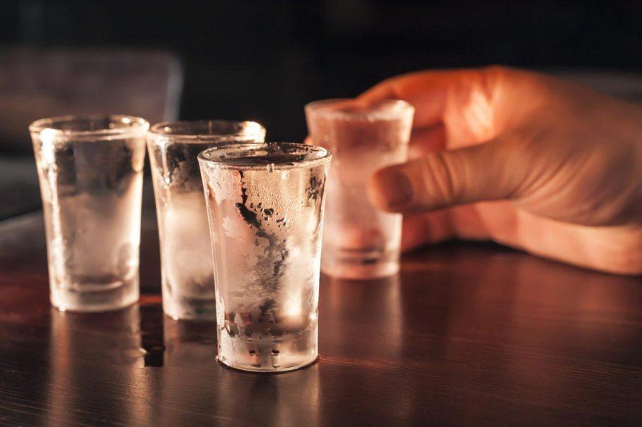 замороженные рюмки водки