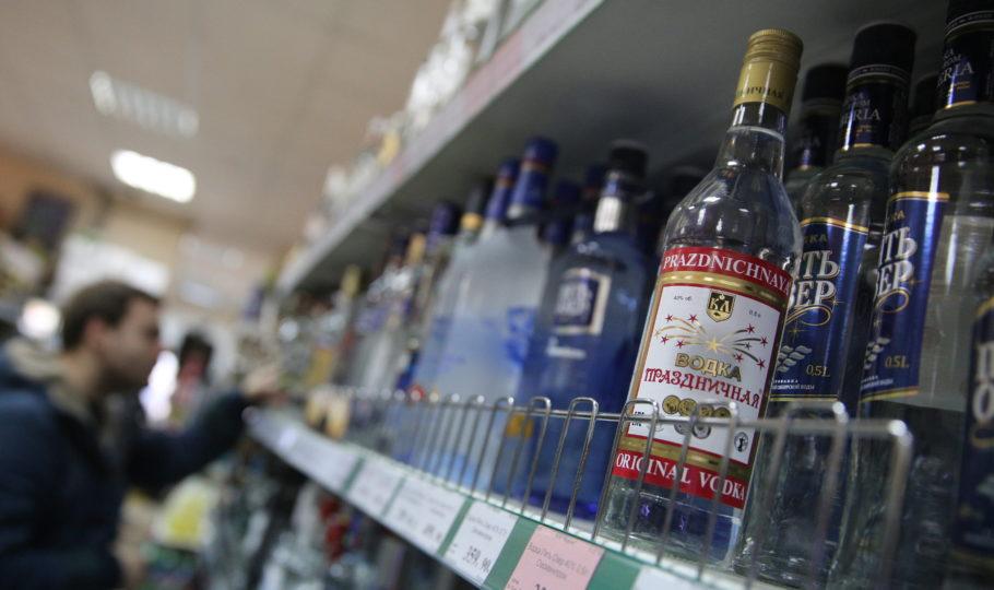 полка с бутылками водки