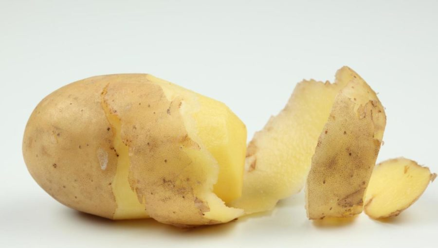 Частично почищенный картофель
