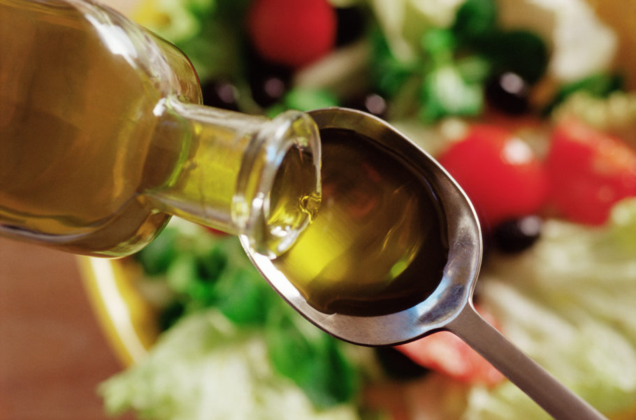 Масло наливается с бутылочки в ложку