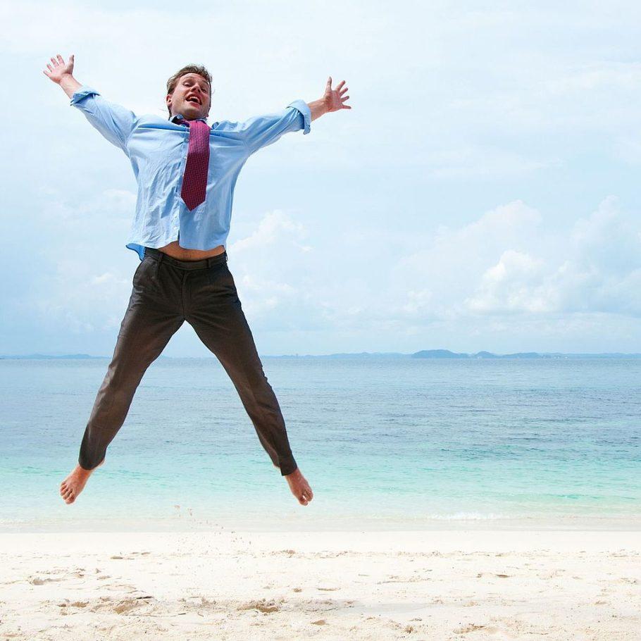 Мужчина прыгает на берегу
